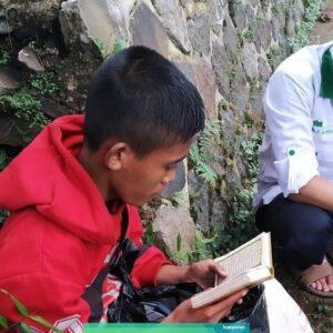 Baca Al-Quran di Emperan,Remaja Ini Viral!